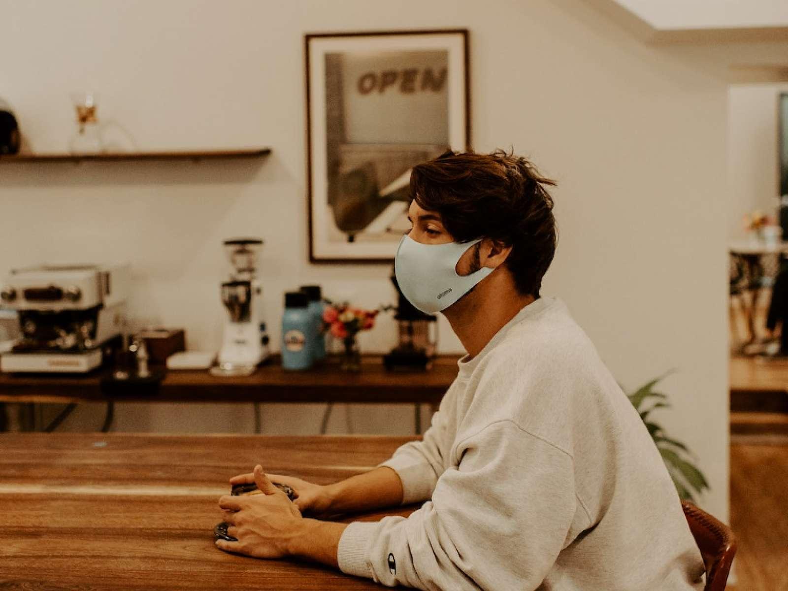Mann trägt Maske zum Schutz vor Corona